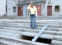 Крыльцо дома по ул. Дзержинского, 11: ходить опасно. Фото В. Бербенца