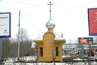 Рядом с железнодорожным вокзалом Архангельска появилась небольшая деревянная часовенка. Фото В. Бербенца