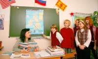 Учитель В.Н. Любицева — выпускница школы, в которой сейчас преподаёт. Фото В. Бербенца