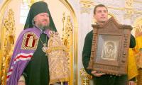 Александр Дятлов, депутат областного собрания от округа, в котором построен храм, подарил ему старинную икону Иверской Божьей Матери. Фото автора