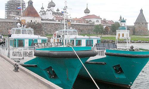 Монастырская флотилия привезла паломников. Фото автора