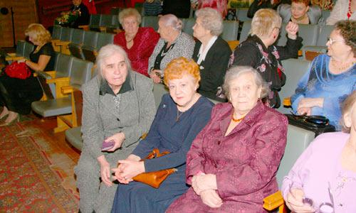 Ветераны школы Е.И. Хабарова, З.В. Яковлева, М.С. Карманникова (справа налево). Фото В. Бербенца