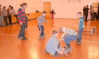 Основам владения «доской» ребят обучает Никита Гагарин. Фото А. Леонтьева