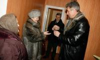 Заместитель мэра А. Гуров вручает Г. Синицкой ключи от квартиры. Фото В. Капустина