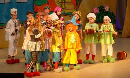 Среди коротышек из Цветочного города — Незнайка (М. Шестакова), конечно же, в огромной шляпе. Фото В. Капустина