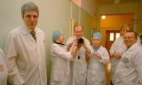 Заведующий хирургическим отделением М. Танцурин (слева) и коллектив — в ожидании открытия. Фото В. Бербенца