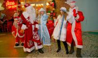 Деды Морозы и Снегурочки встречались на каждом шагу... Фото В. Бербенца