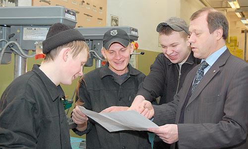 За своих выпускников директор спокоен: их всегда ждут в цехах предприятия. Фото В. Николаева