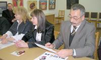 Председатель тиражной комиссии Э. Бабицкий ставит  подпись под итоговым протоколом. Фото автора