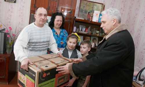 Микроволновая печь — в подарок семье Буториных-Аншуковых от компании «Северный берег». Фото В. Капустина