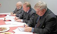 Подписание контракта. Фото из архива СВОП