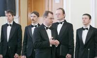 Ещё звучат аплодисменты, а А. Мишин уже мысленно погрузился в следующий номер. Фото В. Капустина