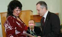 М.А. Гмырин вручает награду. В. Капустина