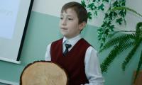 Кирилл Балакин (ягринская гимназия) определил возраст сосен ягринского бора — им около 100 лет. Ещё 300 в запасе. Фото В. Капустина