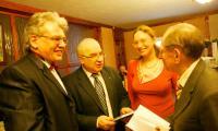 Поэты Голубцовы представляют новый сборник С. Мардаровскому и А. Бурлову. Фото В. Капустина
