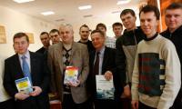 Академик РАЕН В. Кузнецов, профессоры В. Никитин, А. Лычаков и будущие корабелы. Фото В. Капустина