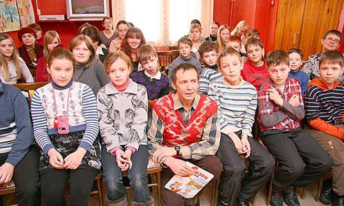 Сергей Седов сам не прочь поиграть в детство. Фото В. Бербенца