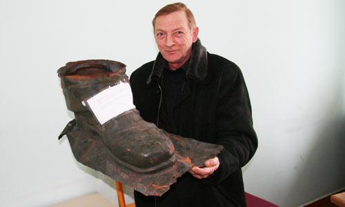 Водитель мэрии В.А. Ганичев до-ставил башмак по назначению.  Фото В. Бербенца