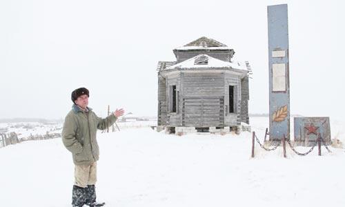А.Л. Деревлев у обелиска погибшим. Фото автора
