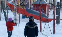 Парк культуры и отдыха, зима  2009 года. Единственная горка — и та на замке.  Фото В. Капустина