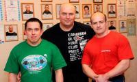 Станислав Дернов (в центре)  делает ставку на Владимира Гришаева (справа) и  Андрея Лайхинена.  Фото В. Николаева