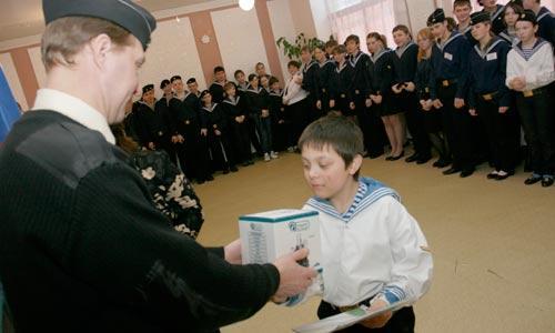 Приз получает самый маленький участник сборов Егор Алексашин (Рыбинск). Фото В. Капустина