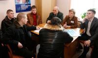 Б. Шерстюк, Е. Багрецова и В. Шеленков разъясняют будущим контрактникам их права и обязанности. Фото В. Капустина