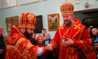 Епископ Тихон вручил митру протоиерею Константину Нецветаеву. Фото В. Бербенца