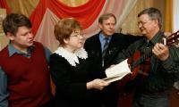 А. Поленов (справа) аккомпанирует М. Платачу, А. Голованову и Е. Веселовой.  Фото В. Капустина