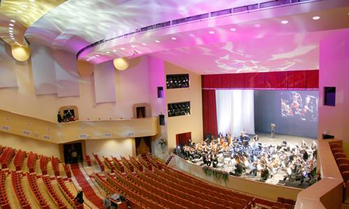 Сейчас зал заполнят почти полторы тысячи зрителей. Фото В. Капустина