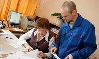 Александра Ветрова предлагает Александру Кочурову самому найти ошибку. Фото В. Капустина