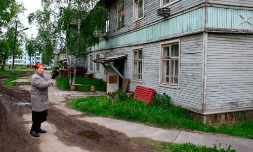 Болото словно засасывало дом Людмилы. Фото В. Бербенца