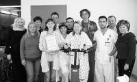 Прощальный снимок с родственниками и израильскими врачами. Ксения держит в руках благодарность медикам.