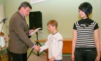 Заслуженные награды лучшим ученикам школы № 10.   Фото В. Бербенца