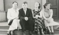 Л.И. Эдельман на крыльце «Северного» с супругой, дочерью Людмилой и её подругой Лилей. Фоторепродукции В. Капустина