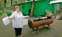 Людмила Проказова разводит руками: выехали, а мусор оставили. Фото В. Бербенца