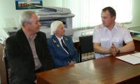 Три поколения: слева от Ю.П. Петровой начальник Северодвинского таможенного поста с 1993 по 2000 год Г.В. Гунин, справа — нынешний руководитель А.В. Чулков. Фото В. Бербенца