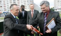 Начальник цеха 40 Николай Рогожин награжден Почетной грамотой администрации города прямо на площади. Фото В. Капустина