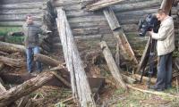 А. Климов показывает журналистам то, что сохранилось среди развалин солеварни.    Фото автора