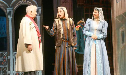Кабато (Ю. Рутберг, в центре) расхваливает невесту князю Вано (М. Державин) и его сестре Текле (А. Венедиктова).Фото В. Бербенца