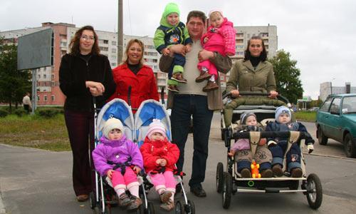 Счастливые родители двойняшек (слева направо) Елена Коковина, Татьяна и Влад Кузьмины, Олеся Горлова. Фото В. Бербенца
