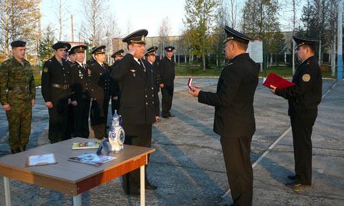 Л. Волошко вручает почетный знак С. Ивлеву.   Фото автора