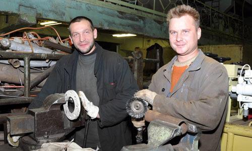 Трубопроводчики судовые  СРЗ «Нерпа» Дмитрий Ярец и Сергей Толстунов (слева направо) на рабочем месте.   Фото М. Биктимирова