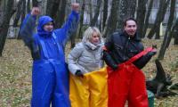 На старт вышли (справа налево) Михаил Старожилов (пресс-служба мэрии), Наталья Трофимова («СР»), Андрей Зайцев (Радио Северодвинска).       Фото В. Бербенца