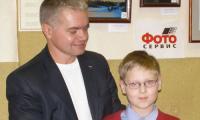 Олег Попов вручает сувениры Вадиму Гореву. Фото автора