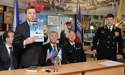 Экипаж «Барракуды» поздравляет гендиректор предприятия Владимир Никитин. Фото М. Биктимирова