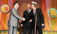 В.С. Никитин (справа) и А.С. Кукушкин в капитанских фуражках от Межрегионального профсоюза работников судостроения. Фото М. Биктимирова