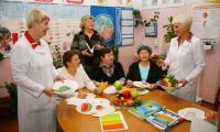 «Исключите пирожные, выбирайте овощи и фрукты!» — советуют инструкторы школы «Диабет» Надежда Дуркина  и Надежда Прокшина. Фото В. Бербенца.