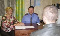 Владимир Ганичев и Ольга Лыбашева беседуют с правонарушителем. Фото автора