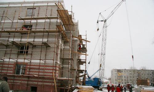 На стройплощадке плотники — два Андрея: Бобрецов и Мурашов. Фото В. Бербенца